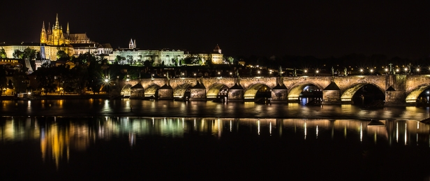 Charles_Bridge_at_night_-_Prague_01.jpg
